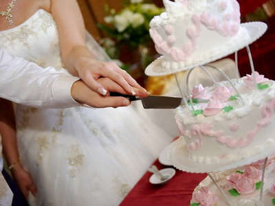 Как правильно резать свадебный торт